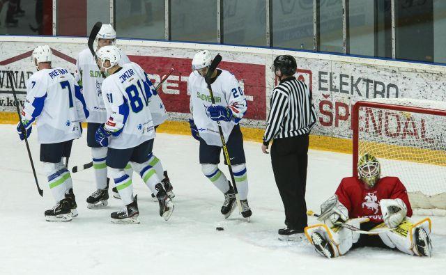 Slovenski hokejisti so do vrha napolnili mrežo gostov z Baltika. FOTO: Jože Suhadolnik