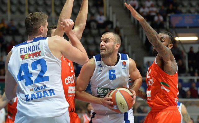 V Zadru je Cedevita Olimpija doživela pravi polov. Ive Ivanov (z žogo) je bil z 22 točkami prvi strelec dvoboja. FOTO: ABA