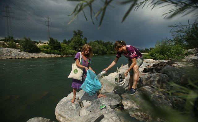 Reke onesnažujemo, bregove pa ščitimo z zidovi brez vegetacije, ki bi hladila reko. FOTO: Jure Eržen/Delo