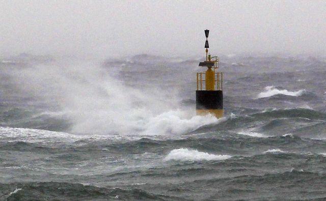 Izjemno nevarne vremenske razmere zaradi vetra ob hrvaški obali pričakujejo od Reke do Dubrovnika. FOTO: Matej Družnik/Delo