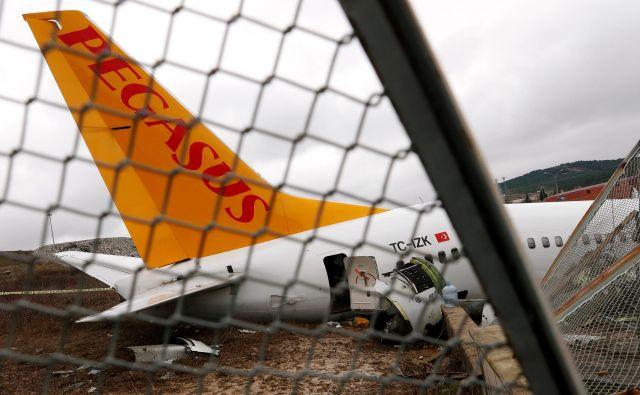 Razbitine ponesrečenega letala Boeing 737-86J letalske družbe Pegasus Airlines. FOTO: Murad Sezer/Reuters