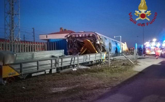Vzrok nesreče še ni znan. Po podatkih policije se je iztirila lokomotiva in zaneslo jo je v vagon, ki je bil ob progi, nato pa jo je odbilo v objekt železnic. FOTO: Gasilci/AFP