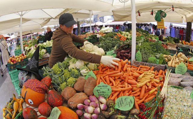 Ljubljanska tržnica je zelo priljubljena, saj je hkrati tudi prostor, namenjen druženju med prodajalci, meščani in obiskovalci prestolnice. Foto: Matej Družnik