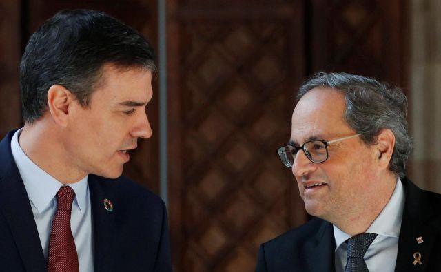 Španski premier Pedro Sánchez in katalonski predsednik Quim Torra danes v Barceloni.Foto: Albert Gea/Reuters