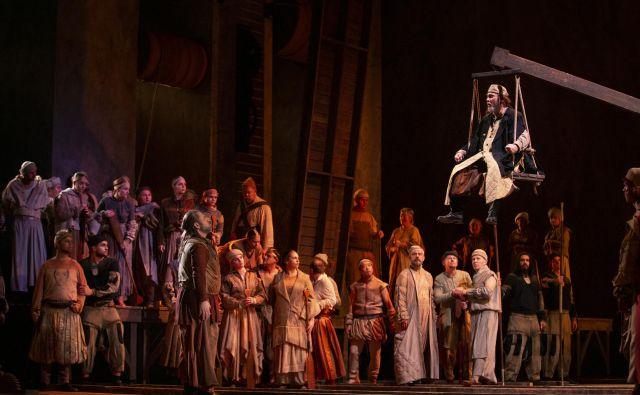 Jaki Jurgec, Genadij Vaščenko in zbor v prvi mariborski uprizoritvi opere <em>Simon Boccanegra</em> Foto Tiberiu Marta