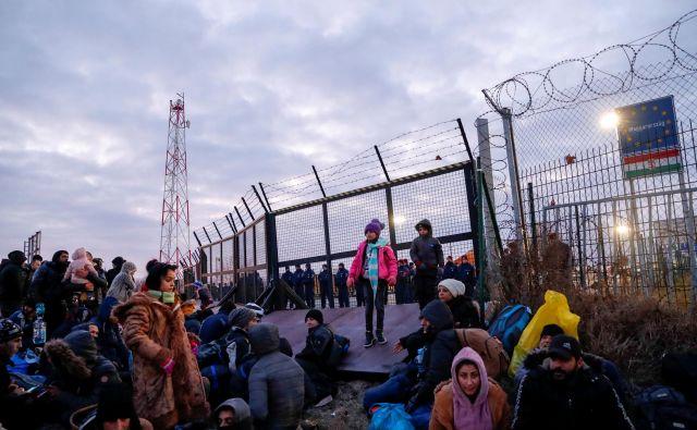 Po navedbah madžarskih medijev pribežniki trdijo, da se jih bo zbralo še več, če jim ne bodo dovolili naprej. FOTO: Bernadett Szabo/Reuters