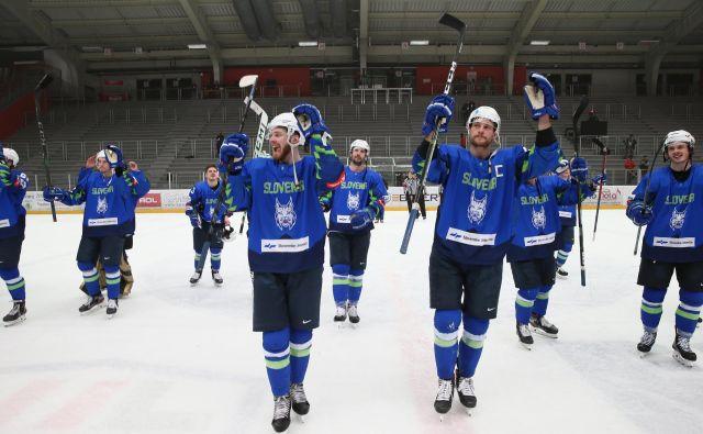 Slovenski hokejisti so se veselili napredovanja v zadnji krog kvalifikacij. FOTO: Jože Suhadolnik/Delo