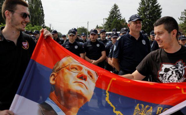 Obsojeni vojni zločinec Vojislav Šešelj ima zveste in militantne privržence. FOTO:: Marko Djurica/Reuters