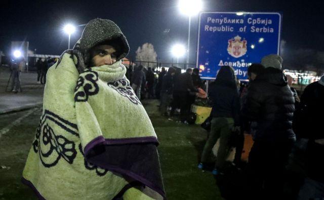 Organizirali so se preko družbenih omrežij in se iz begunskih centrov v Srbiji napotili proti meji. FOTO: AFP