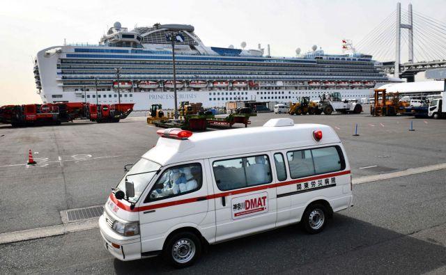 Okužene potnike z ladje evakuirajo v bolnišnično oskrbo, število 61 okuženih s koronavirusom, so, kot poroča AFP, potrdili na japonskem ministrstvu za zdravstvo. FOTO: Kazuhiro Nogi/AFP