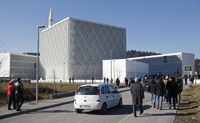 Verniki so upoštevali navodila, naj parkirajo v okolici, tako da je v muslimanskem kulturnem centru bilo še nekaj prostora tudi za avtomobile. FOTO: Blaž� Samec/Delo