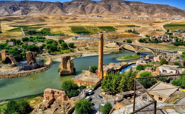 Turško pramestece Hasankejf ob reki Tigris, preden je bilo poplavljeno. FOTO: Shutterstock