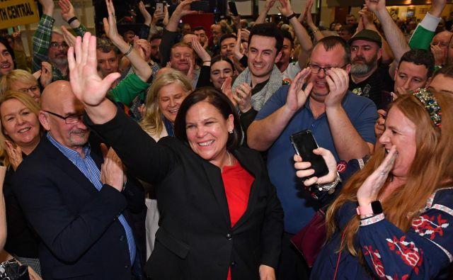 Vodja republikanske stranke Sinn Féin Mary Lou McDonald med prosljavljanjem volilnega uspeha v Dublinu. FOTO: Ben Stansall /Afp