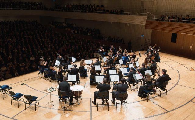 Čeprav so glasbeniki očitno uživali v nastopu, je bila njihova interpretacija Mozarta, Elgarja in obeh Dvořákov zadržana. FOTO: Dennis Yulov