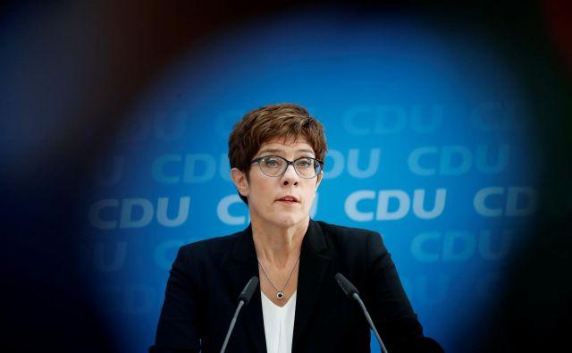 Predsednica CDU Annegret Kramp-Karrenbauer je v težkem položaju zaradi očitkov, da nima več v rokah strankinih vajeti. FOTO: Reuters