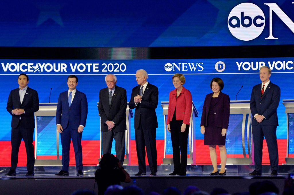 FOTO:Sedem demokratskih kandidatov nad drug drugega in predsednika Trumpa