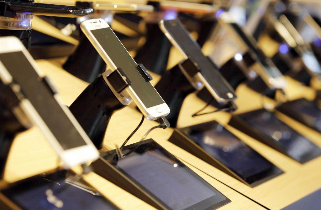 Neznanec ukradel za 20 tisoč evrov mobilnih telefonov