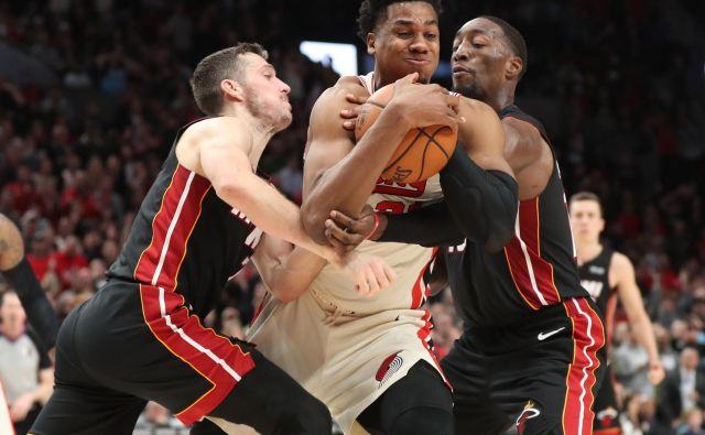 Miamijeva košarkarja Goran Dragić (levo) in Bam Adebayo (desno) sta se trudila na vse možne načine zaustaviti Portlandovega asa Hassana Whitesida. FOTO: Usa Today Sports