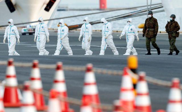 Okužene potnike z ladje evakuirajo v bolnišnično oskrbo.<br /> FOTO: Kim Kyung Hoon/Reuters
