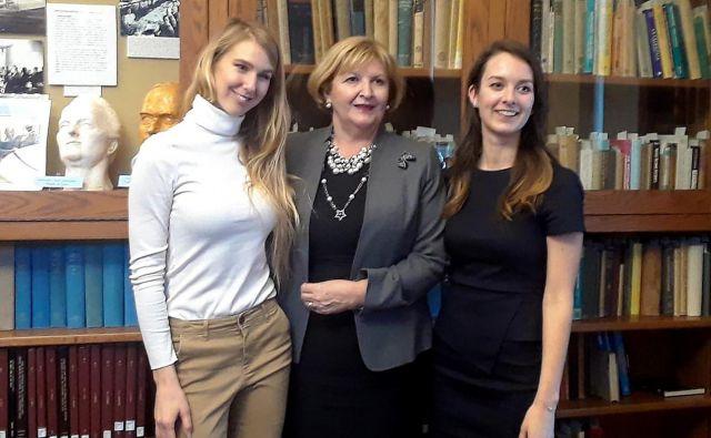 Darja Bavdaž Kuret, stalna predstavnica Slovenije v OZN, med obiskom inštituta Cold Spring Harbor Laboratory (CSHL) s tamkajšnjima študentkama Polono Šafarič Tepeš (levo) in Katarino Meze. FOTO: Osebni arhiv