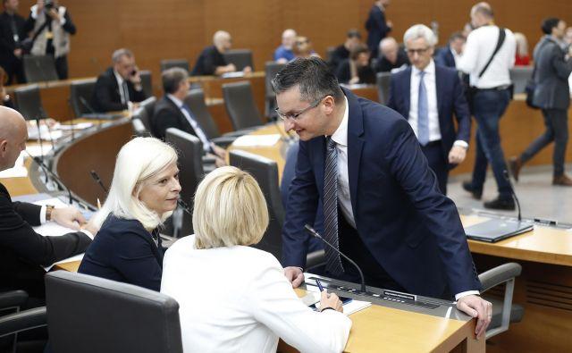 Na dlani je, da so Ksenija Klampfer, Miro Cerar in Marjan Šarec na hrbet Zdravka Počivalška nadeli veliko utež. FOTO: Bla�ž Samec