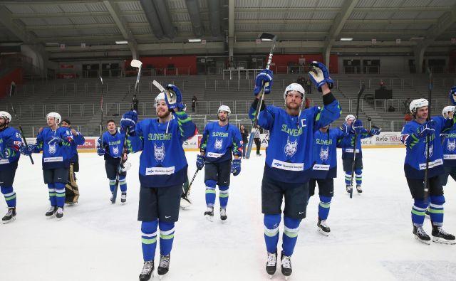 Prebujena slovenska hokejska reprezentanca je po zmagah proti Litvi, Hrvaški in Japonski uresničila uvodni cilj sezone. FOTO: Jože Suhadolnik/Delo