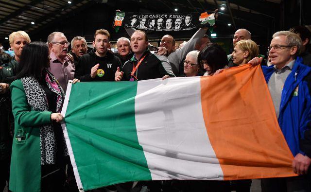 Privrženci republikanske stranke Sinn Fein z irsko zastavo. Foto: . Ben Stansall/Afp