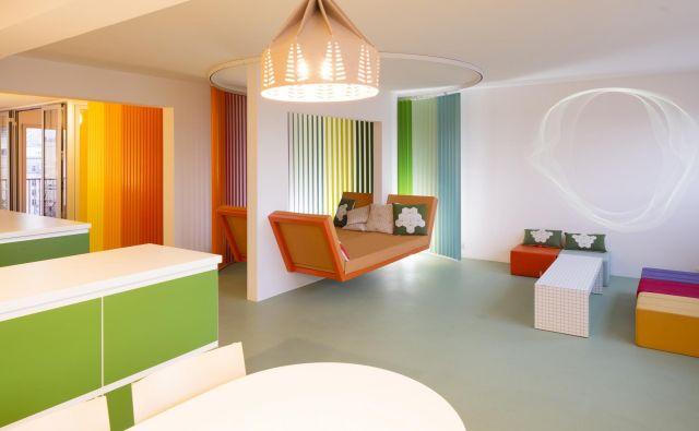 Mavrična paleta barv zaznamuje pariško stanovanje, ki ga je zasnovala ena najbolj znanih francoskih industrijskih oblikovalk Matali Crasset. Foto Philippe Piron
