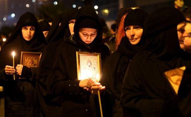 Na desettisoče privržencev Srbske pravoslavne cerkve v Črni gori z molitvami izraža nasprotovanje zakonu, ki podržavlja cerkveno premoženje. FOTO: AFP