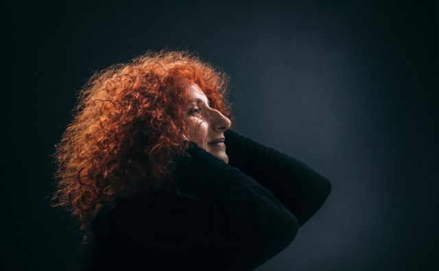 Vita Mavrič predstavlja poezijo žlahtnih duš. FOTO: Peter Giodani