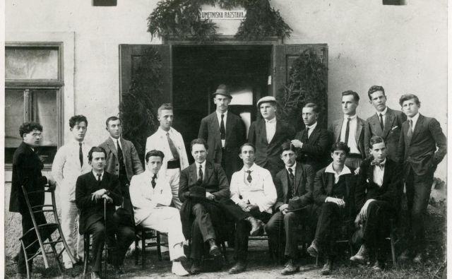 Usoda članov Novomeške pomladi, ki so se pred objektiv postavili leta 1920, je bila sila različna, Leon Štukelj (tretji z leve v drugi vrsti) je pozneje s številnimi delil anonimnost in pozabo.<br /> <br /> Foto Arhiv Knjižnice Mirana Jarca Novo Mesto