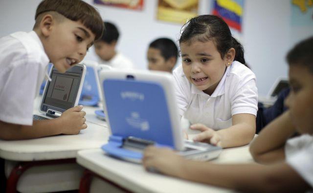 Otroci v povprečju na spletu preživijo skoraj dvakrat več časa kot pred desetletjem. FOTO: Jorge Silva/Reuters