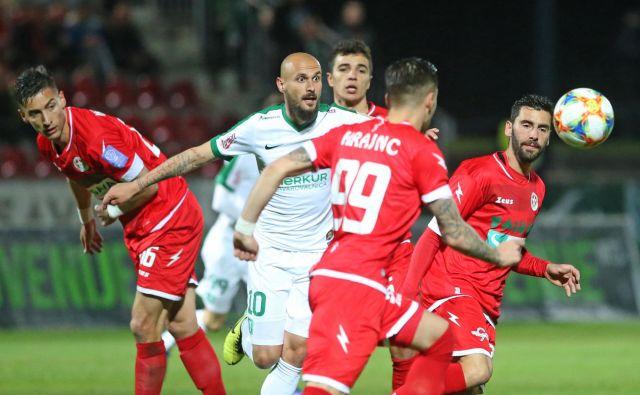 Goran Brkić (v sredini) se ni dokopal odpravnine in se je odločil, da bo le treniral in prejemal zajetno plačo. FOTO: Tadej Regent/Delo