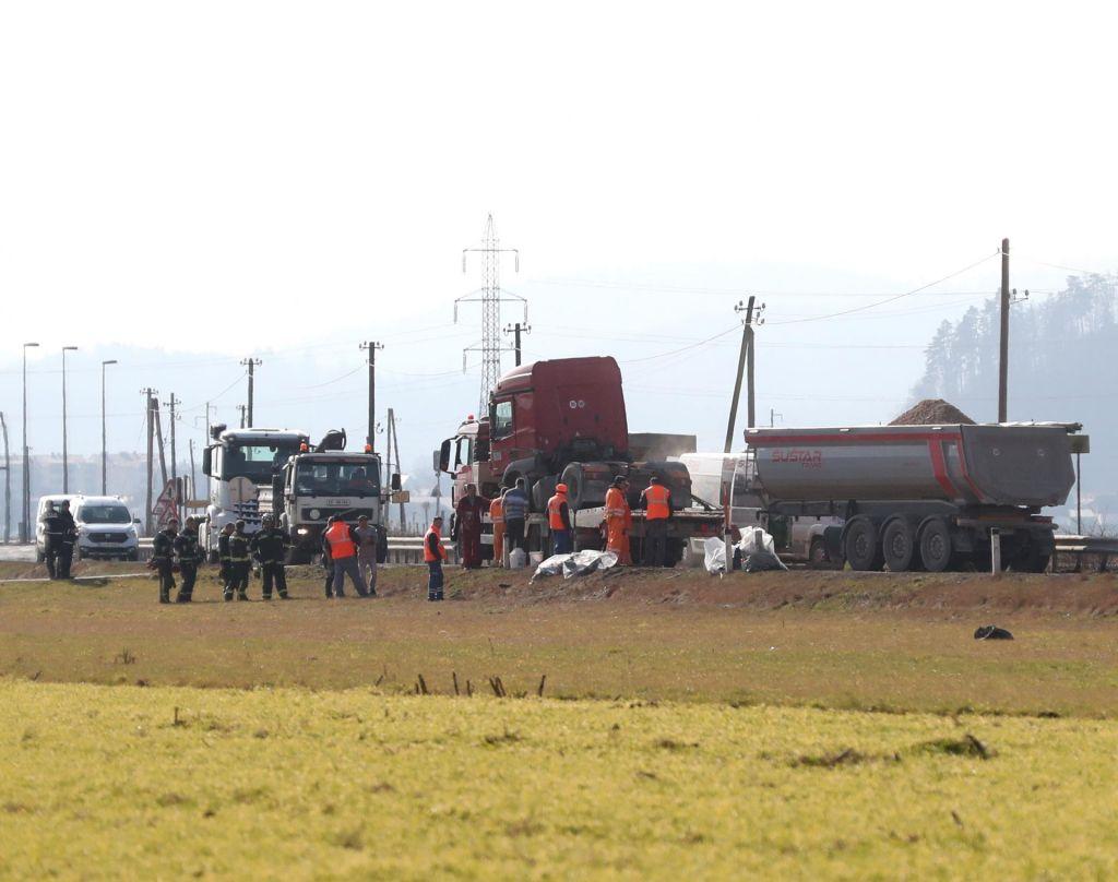 Po trčenju s tovornjakom umrl 64-letni voznik osebnega vozila