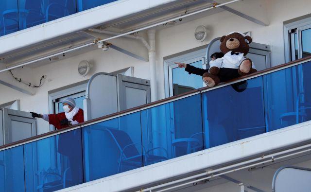 Potniki na ladjiDiamond Princess.FOTO: Issei Kato/Reuters