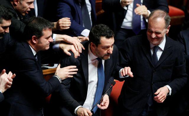 Matteo Salvini obkrožen s svojimi privrženci v italijanskem senatu. Foto: REUTERS/Guglielmo Mangiapane