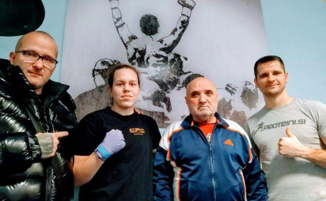 Ema Kozin in Andrej Baković se bosta pod vodstvom trenerjev Rudolfa Pavlina (levo) in Slobodana Anđelića (drugi z desne) v soboto zvečer predstavila ljubiteljem boksa v Nemčiji. FOTO: Miha Šimnovec