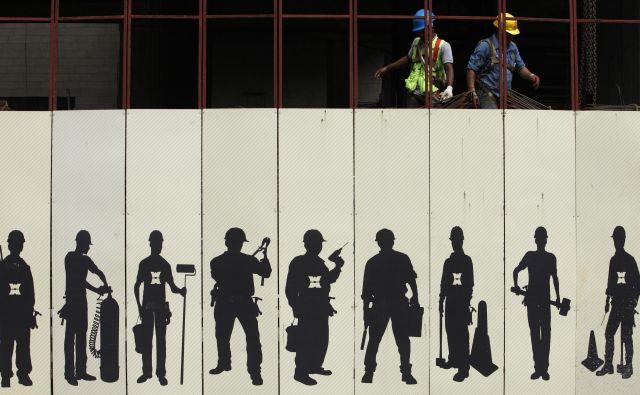 Workers start their shift at a construction site in the central business district area in Singapore October 28, 2013. REUTERS/Edgar Su (SINGAPORE - Tags: SOCIETY BUSINESS EMPLOYMENT CONSTRUCTION) - RTX14R29 Foto Š Edgar Su / Reuters Reuters