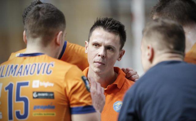 Mitja Pleško, trener ekipe ACH Volley, ni mogel preprečiti domačega poraza. FOTO: Uroš Hočevar