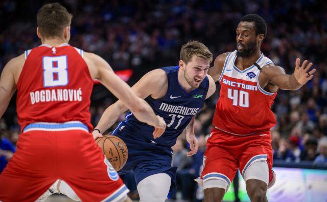Luke Dončića nista mogla ustaviti niti Srb Bogdan Bogdanović (levo) in Harrison Barnes (40). FOTO: USA Today Sports