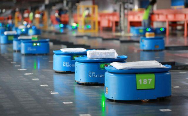 Roboti v skladiščih so prvi korak do avtonomnih dobavnih verig.<br /> FOTO: Reuters