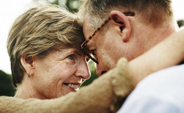 Ljudje ne nehajo seksati zaradi starosti, ampak bolj zaradi kakšne kronične bolezni, ki jo prinese starost in jim onemogoči spolne odnose. Če nehajo že prej, pomeni, da je imajo slab partnerski odnos, je prepričana seksologinja dr. Gabrijela Simetinger. FOTO: Shutterstock