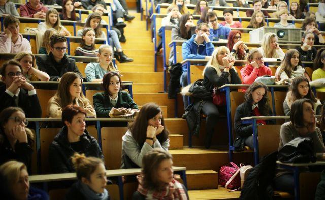 Če je navzočnost staršev v srednjih šolah še razumljiva, je nerazumljivo, kaj počno starši na informativnih dnevih na fakultetah. FOTO: Jure Eržen/Delo