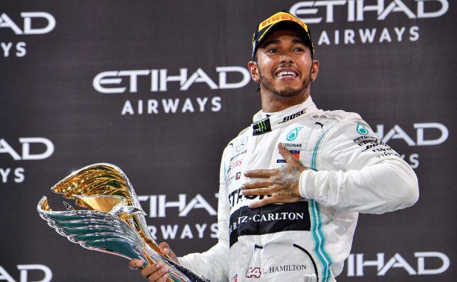 Lewis Hamilton se ne zmeni za zbadljivke mlajših tekmecev. FOTO: AFP