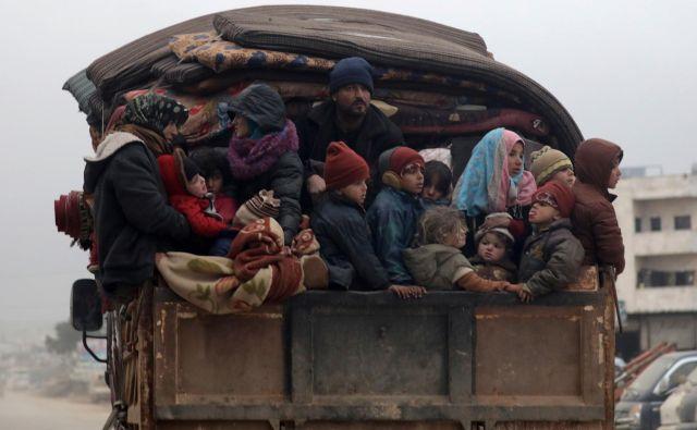Prebivalci Idliba se poskušajo umakniti na varno iz mesta, ki velja za zadnjo utrdbo nasprotnikov Asadovega režima v Siriji. Foto: Reuters