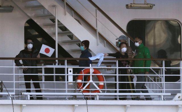 Ladja je v karanteni, odkar so 3. februarja pri bivšem potniku, ki se je izkrcal v Hongkongu, ugotovili okužbo s koronavirusom. FOTO: Kim Kyung-hoon/Reuters