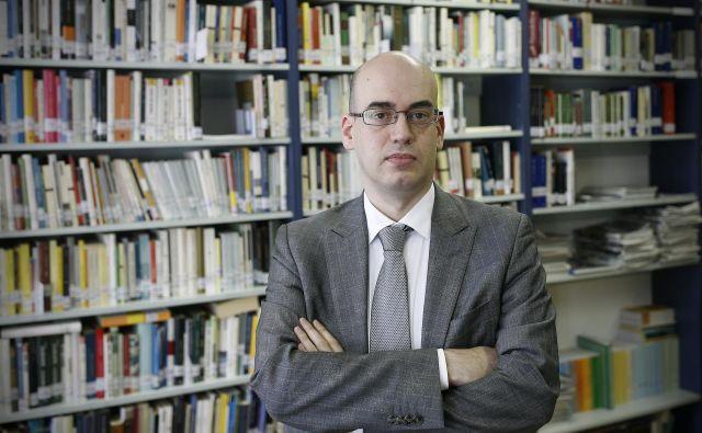 Stefano Cerrato je bil rojen v kraju Asti (Piemont, Italija) leta 1975, diplomiral je iz komunikologije na Univerzi v Torinu. Fotografiji Blaž Samec