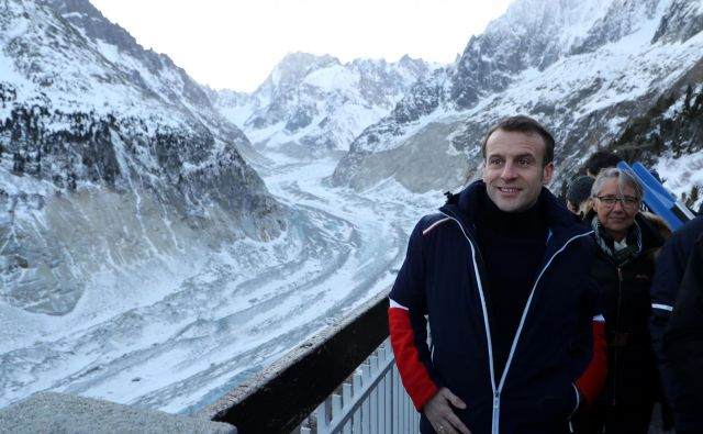 Francoski predsednik Emmanuel Macron ob ledenikuMer de glace FOTO: Ludovic Marin/AFP