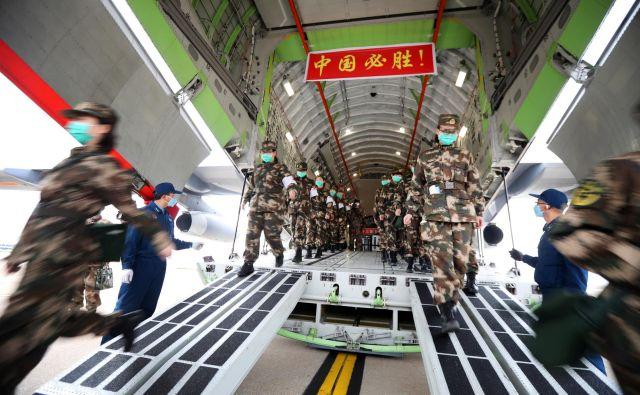 Vojaki na letališču v Wuhanu. FOTO: China Daily Reuters