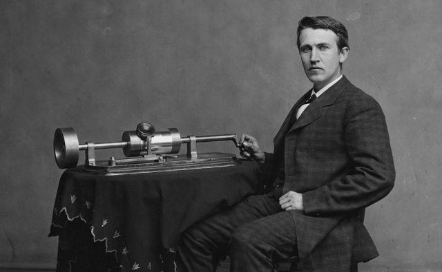 Mladi Edison leta 1878 s svojo drugo različico fonografa Foto Wikimedia